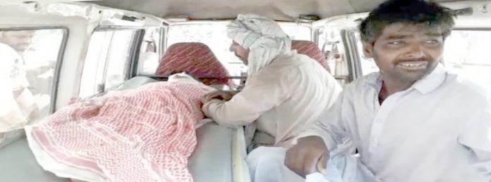 لاڑکانہ ،میربحرنہر میں نہاتے ہوئے ڈوب جانے والے بچے کی نعش ایمبولینس میں رکھی ہوئی ہے ،دوسری جانب ورثا غم نڈھال ہیں