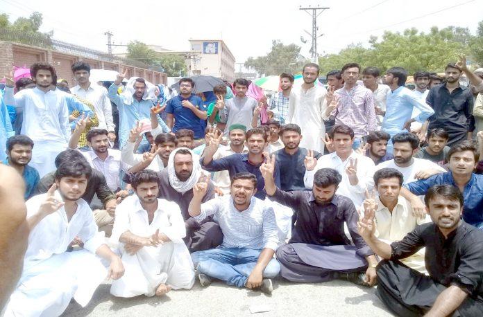 لاڑکانہ ،طالبہ سے بدتمیزی کرنے کیخلاف ساتھی طلبہ احتجاج کررہے ہیں