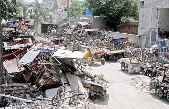 راولپنڈی : شہر کے مختلف بازاروں سے اٹھائے گئے تجاوزات ٹی ایم اے دفتر میں پڑے ناکارہ ہورہے ہیں