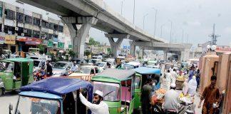 راولپنڈی، ٹریفک پولیس کی نااہلی کے باعث بی بی ایچ اسپتال کے باہر نوپارکنگ پر کھڑے رکشے و دیگر گاڑیوں کے باعث ٹریفک جام رہنا معمول بن گیا ہے