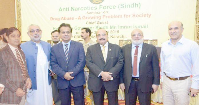 اینٹی نارکوٹکس فورس کے سیمینار کے بعد کمشنر کراچی کا تاجروں و صنعت کاروں کے ساتھ گروپ فوٹو
