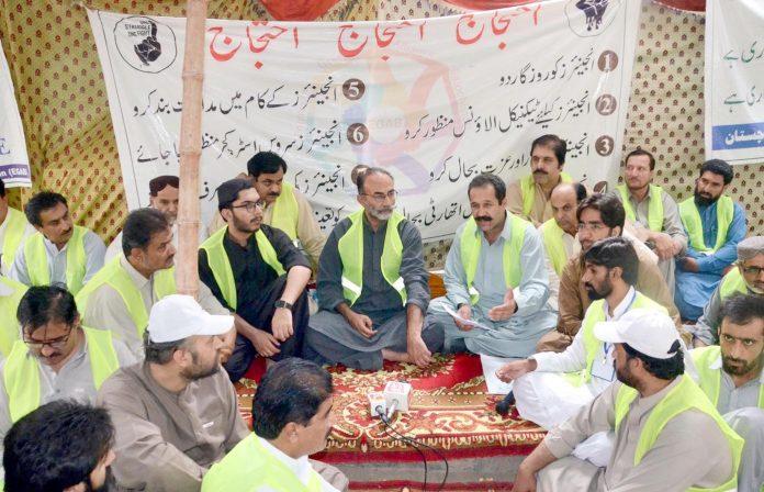 کوئٹہ : مرکزی رہنما بلوچستان نیشنل پارٹی نوابزادہ حاجی لشکری رئیسانی گرینڈ انجینئر الائنس کے احتجاجی کیمپ میں اظہار یکجہتی کررہے ہیں