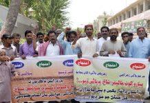 حیدرآباد،آبادگار ٹیل تک پانی کی عدم فراہمی پر پریس کلب کے سامنے احتجاج کررہے ہیں