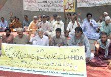 حیدرآباد،ایچ ڈی اے کے ملازمین واجبات اور پنشن کی عدم ادائیگی کیخلاف پریس کلب کے سامنے احتجاج کررہے ہیں
