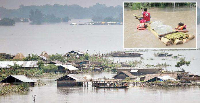 بنگلادیش: مکانات سیلاب میں ڈوبے ہوئے ہیں' امدادی کارکن زیرآب آنے والے علاقوں میں اشیائے ضرورت پہنچا رہے ہیں