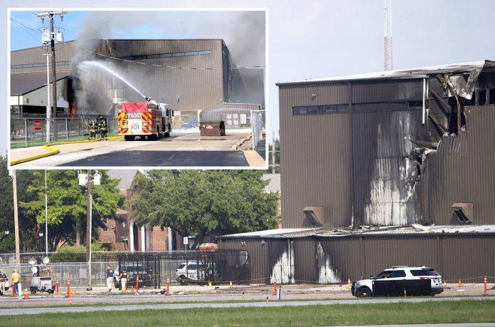 ڈیلاس: طیارہ ٹکرانے کے باعث عمارت کو نقصان پہنچا' فائربریگیڈ کا عملہ آگ پر قابو پانے کی کوشش کررہا ہے