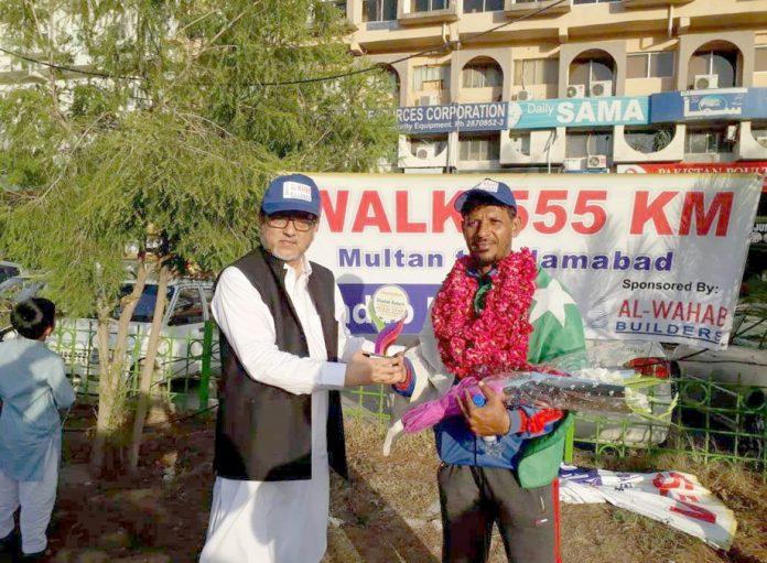 اسلام آباد: ریکارڈہولڈر حارث نعیم اختر سے سوینئر وصول کر رہے ہیں