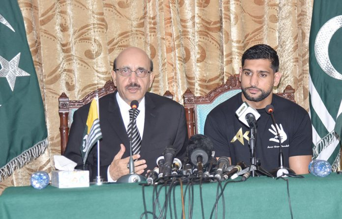 اسلام آباد:صدر آزاد کشمیر سردار مسعود خان پاکستانی نژادبرطانوی باکسر عامر خان کے ہمراہ پریس کانفرنس کررہے ہیں