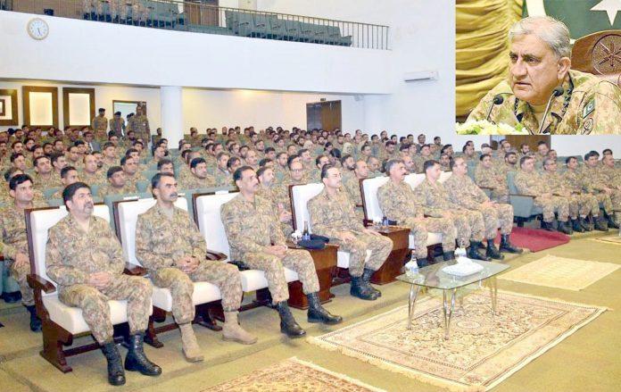 آرمی چیف جنرل قمر جاوید باجوہ ہیڈکوارٹر گوجرانوالہ کے دورے کے موقع پر منعقدہ تقریب سے خطاب کررہے ہیں