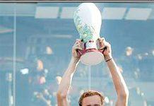 واشنگٹن: روسی کھلاڑی ڈینل میڈویڈوف سنسناٹی ماسٹر ٹینس کا ٹائٹل جیت نے کے بعد ٹرافی اٹھائے ہوئے