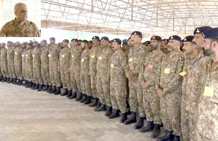 راولپنڈی: آرمی چیف قمر جاوید باجوہ فارمین آف اسٹرائیک کور کے دورے پر افسران و جوانوںسے خطاب کررہے ہیں