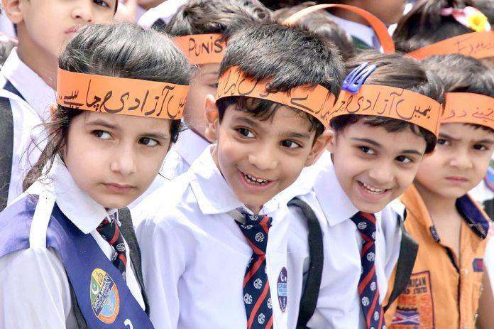 راولپنڈی: سعید پور روڑ پرکشمیر یکجہتی آور کی تقریب میں ننھے طالبعلم شریک ہیں
