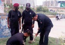 حیدرآباد: انسداد دہشت گردی فورس کے اہلکار شجرکاری مہم کے دوران پودا لگارہے ہیں