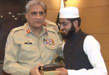 راولپنڈی:آرمی چیف جنرل قمر جاوید باجوہ پوزیشن لینے والے مدرسے کے طالبعلم کو ایوارڈ دے رہے ہیں