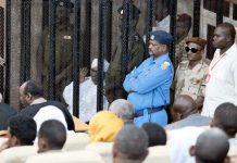 خرطوم: سابق صدر عمر البشیر پیشی کے موقع پر حاضرین کو دیکھ کر ہاتھ ہلا رہے ہیں
