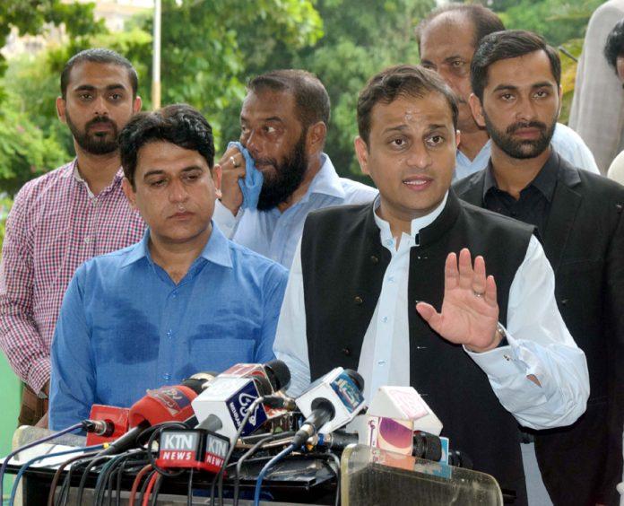 کراچی: مشیر اطلاعات سندھ مرتضیٰ وہاب میڈیا سے گفتگو کررہے ہیں