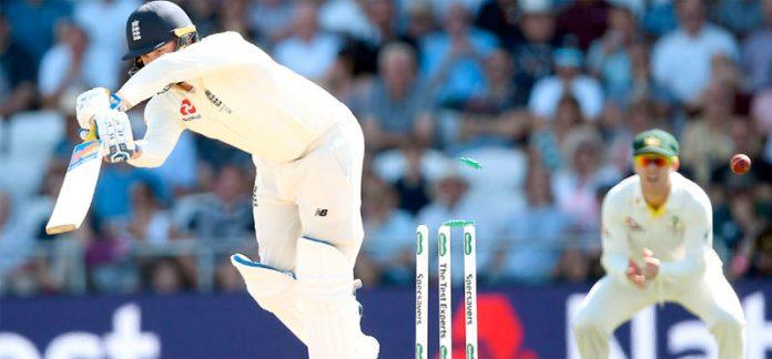 ہیڈنگلے: آسٹریلیا کے خلاف تیسرے ایشز ٹیسٹ سیریز میں انگلش بلے باز جیسن روئے کلین بولڈ ہوتے ہوئے