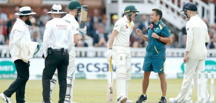 لارڈز:آسٹریلوی ٹیم ڈاکٹر بلے باز مرنوس کا گیند لگنے کے بعد طبی معائنہ کررہے ہیں لارڈز:آسٹریلوی ٹیم ڈاکٹر بلے باز مرنوس کا گیند لگنے کے بعد طبی معائنہ کررہے ہیں