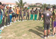 لاہور:قذافی اسٹیڈیم میں انڈر19کرکٹ ٹیم کے تربیتی کیمپ میں کوچز کھلاڑیوں کو لیکچر دیتے ہوئے