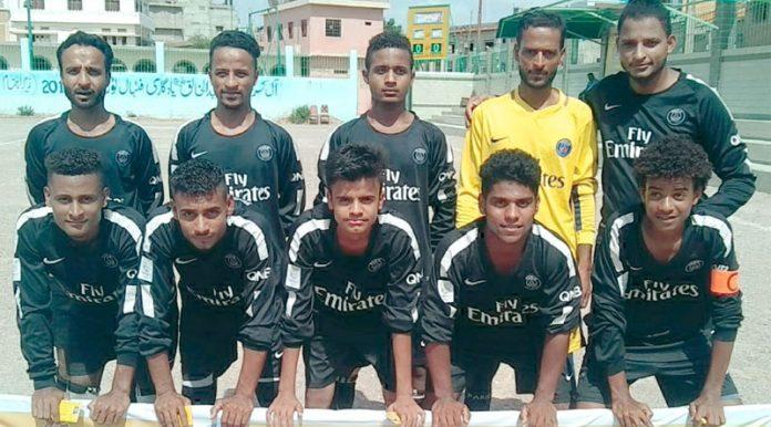 آل کراچی شہید عبدالخالق بلوچ یادگاری فٹبال ٹورنامنٹ میں شریک ٹیم کا میچ سے قبل گروپ فوٹو