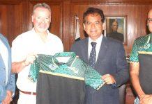 کمشنر کراچی افتخار شلوانی انٹرنیشنل انسٹرکٹر ایلن رینی کو ملاقات کے بعد ٹی شرٹ کاتحفہ پیش کررہے ہیں