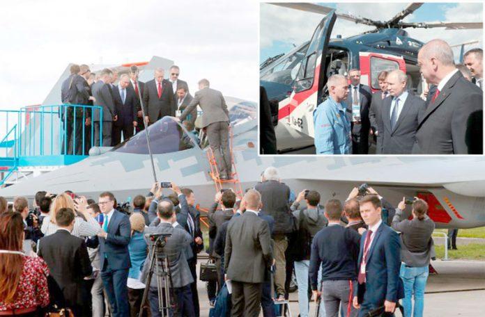 ماسکو: تُرک صدر رجب طیب اردوان اور روسی ہم منصب ولادیمیر پیوٹن جنگی طیارے اور ہیلی کاپٹر کا معاینہ کررہے ہیں