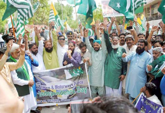 حیدر آباد : موٹر وے پولیس کی جانب سے نکالی گئی ریلی کے شرکا جوش و جذبے کا اظہار کررہے ہیں