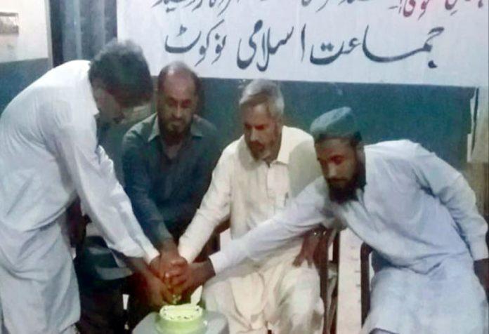 نوکوٹ ،جماعت اسلامی کے78 ویں یوم تاسیس پر کیک کاٹا جارہا ہے