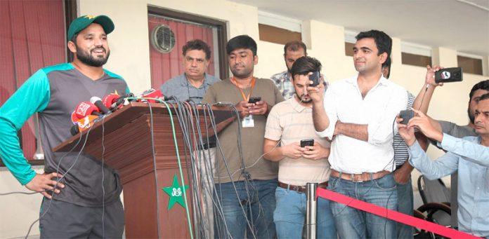 لاہور: قذافی اسٹیڈیم میں پری سیزن کیمپ کے دوران پریس کانفرنس کررہے ہیں