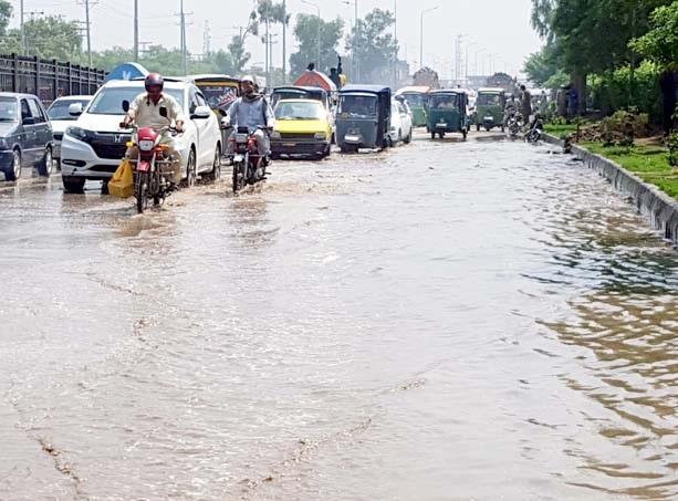 پشاور : جی ٹی روڈ پر بارش کا پانی بہہ رہا ہے جس سے آمدو رفت میں مشکلات درپیش ہیں