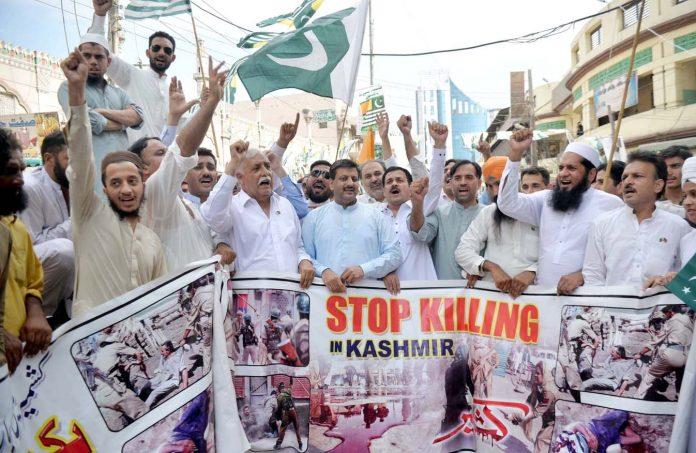 پشاور : یوم آزادی اور کشمیریوں سے اظہار یکجہتی کے لیے شہریوں کی جانب سے ریلی نکالی جارہی ہے