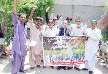 حیدرآباد ،آل پاکستان قاضی اتحاد رابطہ کونسل کے تحت کشمیر پر بھارتی مظالم کے خلاف پریس کلب کے سامنے احتجاج کیاجا رہا ہے