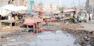 حیدر آباد : سبزی منڈی سے ملحق شاہراہ پر کیچڑ جمع ہے جو آمدو رفت میں مشکلات اور انتظامی نااہلی کا ثبوت ہے