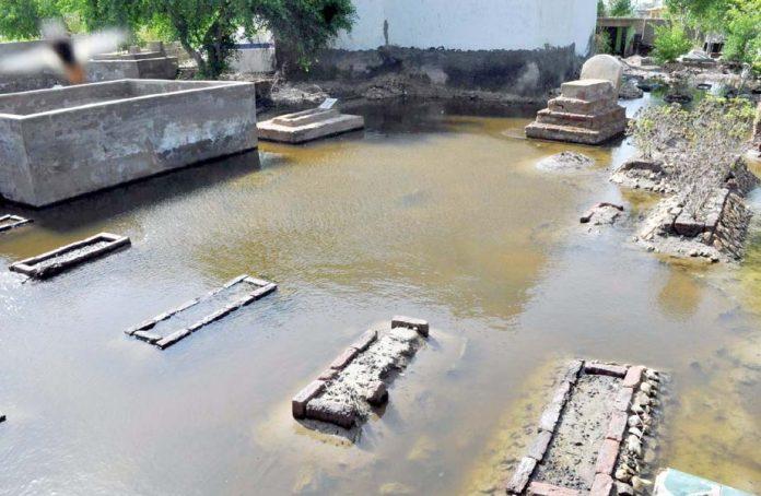 حیدرآباد ،برساتی پانی میں ڈوبی قبروں کی بے حرمتی ہورہی ہے جو مقامی انتظامیہ کی کارکردگی پر وسوالیہ نشان ہے