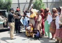حیدرآباد ،نوناری گوٹھ کے مکینوں نے احتجاج کے دوران سڑک کوبند کردیا ہے،پویس اہلکار مذاکرات کررہا ہے
