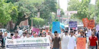 حیدر آباد : وائس آف سائیکولوجسٹ کے تحت آگاہی واک کے شرکا بینر اٹھائے شاہراہ سے گزر رہے ہیں