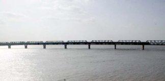 حیدر آباد : دریائے سندھ میں کوٹری بیراج کے مقام پر اونچے درجے کا سیلاب ہے
