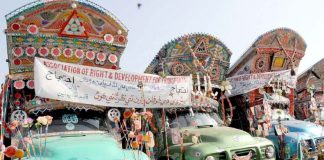 حیدر آباد : جامشورو بائی پاس پر موٹر وے پولیس کی زیادتی کیخلاف ٹرانسپورٹروں نے احتجاجاً گاڑیاں کھڑی کر رکھی ہیں