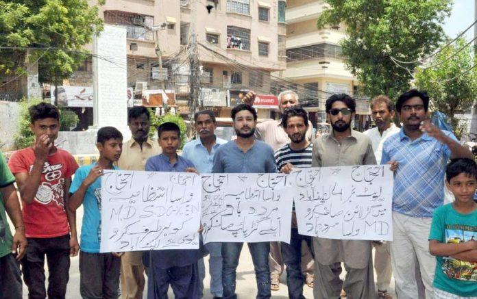 حیدرآباد ،لطیف آباد نمبر 2 کے رہائشی واسا کے خلاف پریس کلب کے سامنے احتجاجی مظاہرہ کررہے ہیں