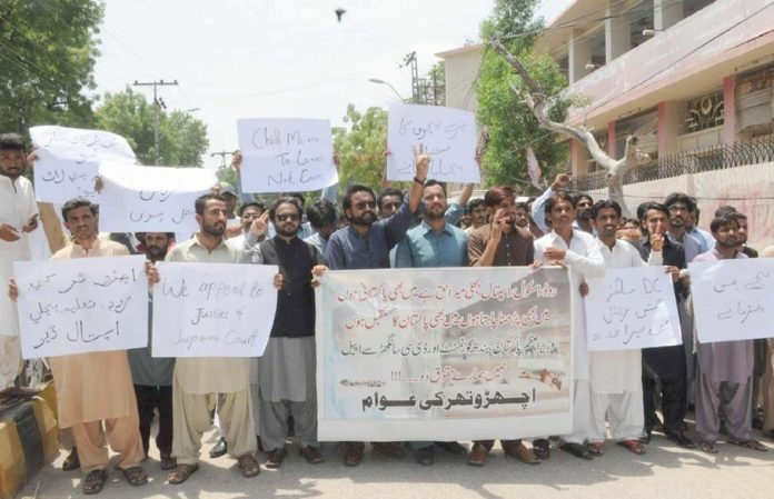 حیدرآباد،اچھڑو تھرکے عوام مطالبات کے حق میں پریس کلب کے سامنے مظاہرہ کررہے ہیں