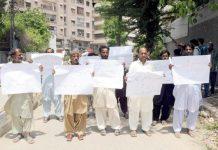 حیدرآباد ،مٹیاری کے عوام بااثر افراد کے ظلم کے خلاف پریس کلب کے سامنے احتجاجی مظاہرہ کررہے ہیں