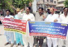 حیدرآباد ،قاسم آباد کے رہائشی پولیس گردی کے خلاف احتجاج کررہے ہیں