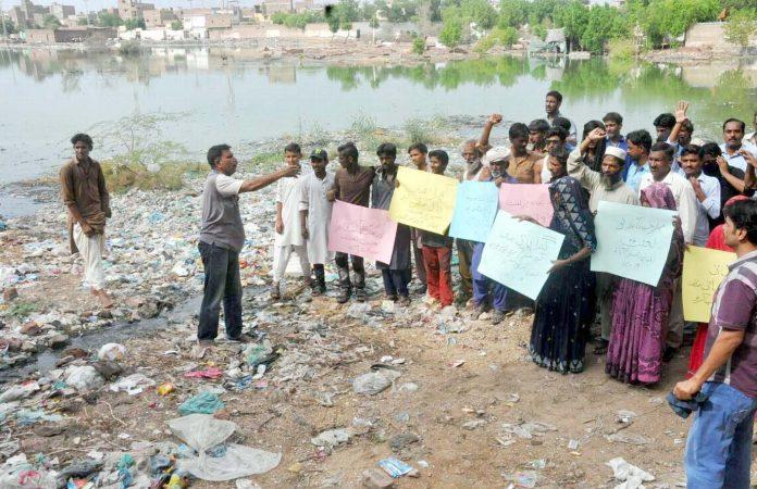 حیدرآباد ،ٹنڈویوسف کے رہائشی کچرے کے ڈھیر پر کھڑے ہوکر گندگی کے خلاف احتجاج کررہے ہیں