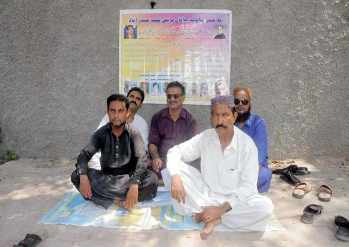 حیدرآباد ،آل سندھ لوئراسٹاف ایجوکیشن کے ملازمین ترقی نہ ملنے کیخلاف احتجاج کررہے ہیں