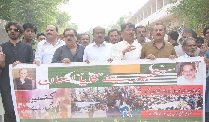 حیدرآباد ،پیپلزپارٹی (ش ب) کے تحت کشمیر میں بھارتی مظالم کے خلاف پریس کلب کے سامنے احتجاج کیا جارہا ہے