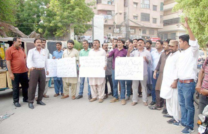 حیدرآباد ،صحافی حضرات مطالبات کے حق میں پریس کلب کے سامنے مظاہرہ کررہے ہیں