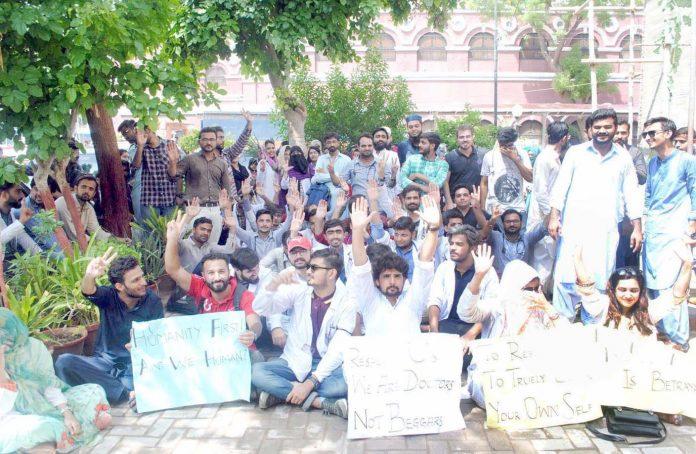 حیدر آباد : ینگ ڈاکٹر ایسوسی ایشن کے تحت تنخواہ کی عدم ادائیگی کیخلاف احتجاج کیا جارہا ہے