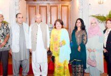 گورنر پنجاب چوہدری محمد سرور سے چیئرمین ایل پی جی ایسوسی ایشن عرفان کھوکھر وفد کے ہمراہ ملاقات کررہے ہیں