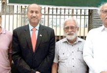 حکومت سندھ کی قائم کردہ صوبائی سہ فریقی لیبر اسٹینڈنگ کمیٹی کے اجلاس کے بعد سیکرٹری لیبر سندھ عبدالرشید سولنگی، پیپلز لیبر بیورو سندھ کے صدر حبیب الدین جنیدی، نیشنل لیبر کونسل کے کنوینر کرامت علی اور پائلر کے جوائنٹ ڈائریکٹر سید ذوالفقار علی شاہ کا گروپ فوٹو، اجلاس میں محنت کشوں کے مسائل کے حل کے حوالے سے متعدد اہم فیصلے کیے گئے