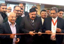 وفاقی وزیرریلوے شیخ رشیدپاکستان کے ٹریڈ ایمبیسڈرخورشید برلاس کے ہمراہ لندن میں پاکستان ایکسپو 2019 کا افتتاح کررہے ہیں